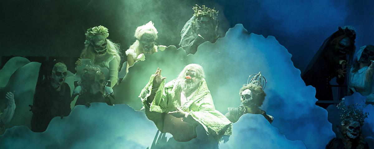 »Pagliacci«: Der Einzug der Komödianten. Aldo di Toro (Canio) und das Ensemble am Thespiskarren in der Sichtweise von Lorenzo Fioroni © Oper Graz/Werner Kmetitsch