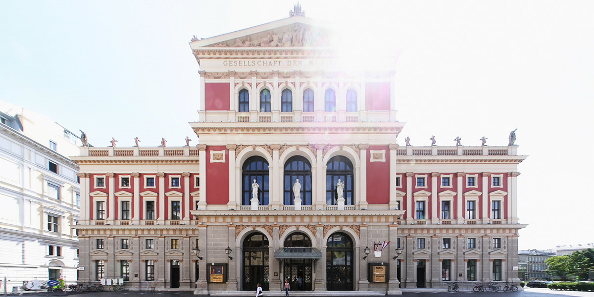 """Haupteingang des Musikverein in Wien, Blick Richtung Osten ins Gegenlicht Foto: <a href=""""https://commons.wikimedia.org/wiki/File:Musikverein_Portal_110606.jpg"""">Clemens Pfeiffer</a> &middot; <a href=""""https://creativecommons.org/licenses/by/2.0/at/deed.en"""">CC2.0</a>"""