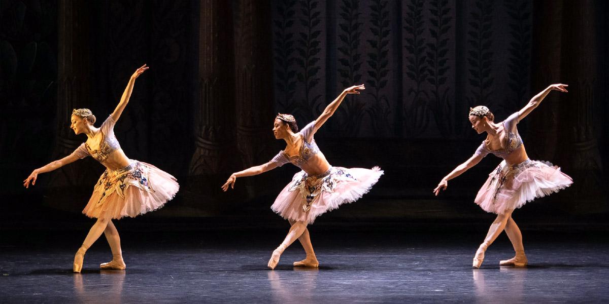 »Le Corsaire«, 3. Akt: Nina Tonoli, Nikisha Fogo und Natascha Mair als Odalisken (von rechts nach links) © Wiener Staatsballett/Ashley Taylor