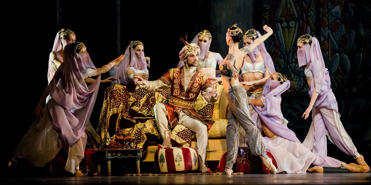 »Le Corsaire«, 3. Akt: Mihail Sosnovschi (Seyd Pascha) und das corps de ballett des Wiener Staatsballetts © Wiener Staatsballett/Ashley Taylor