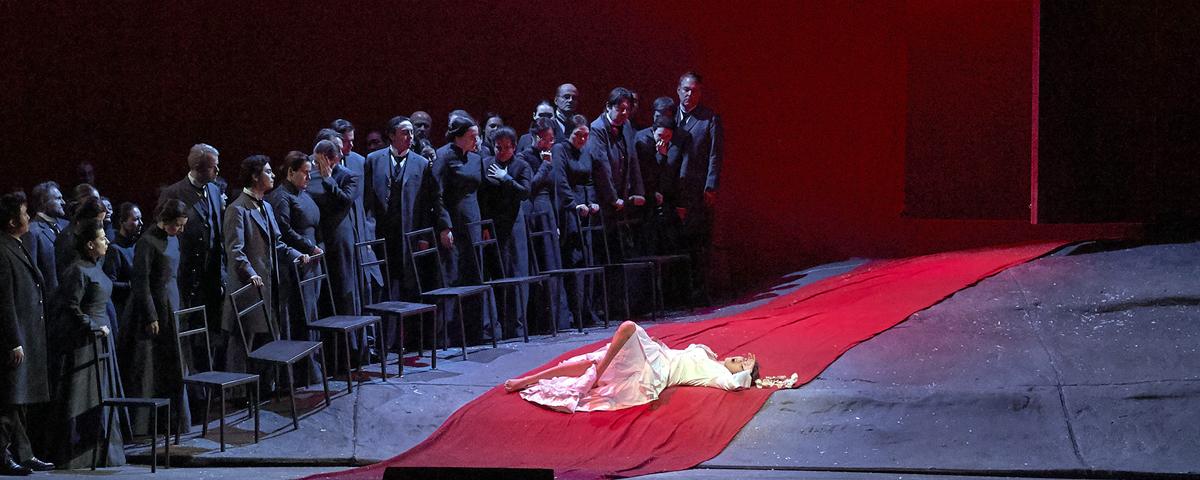»Lucia di Lammermoor«, 2. Teil: Lucia (Olga Peretyatko) und die Hochzeitsgäste auf Enricos Schloß (Chor der Wiener Staatsoper) © Wiener Staatsoper GmbH/Michael Pöhn