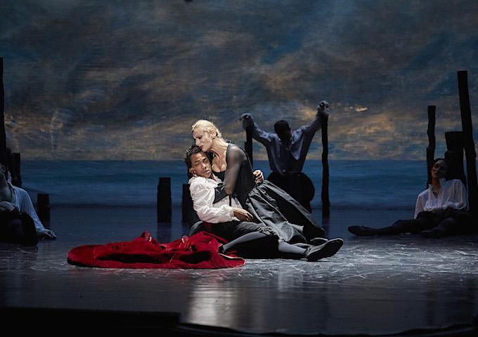 »Lucrèce Borgia«: Elsa Lepoivre (Lucrèce Borgia) sterbend über der Leiche ihres Sohnes Gennaro (Gaël Kamilindi) © Comédie-Française/Christophe Raynaud de Lage
