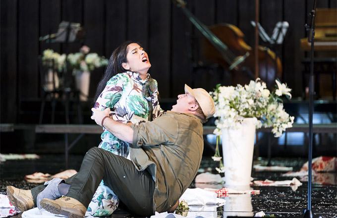 »Cavalleria rusticana«: Ezgi Kutlu (Santuzza) und Aldo di Toro (Turiddu). Ob Mascagni solches im Sinn hatte? © Oper Graz/Werner Kmetitsch