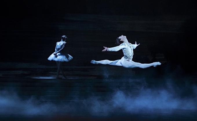 »Schwanensee«, 3. Akt: Hugo Marchand als Prinz Siegfried © Opéra national de Paris/Julien Benhamou