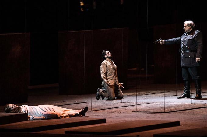 »Il trovatore«, 4. Akt: Sondra Radvanovsky (Leonora), Marcelo Alvarez (Manrico) und Željko Lučić (Il Conte di Luna) im Finale der Oper © Opéra national de Paris/Julien Benhamou