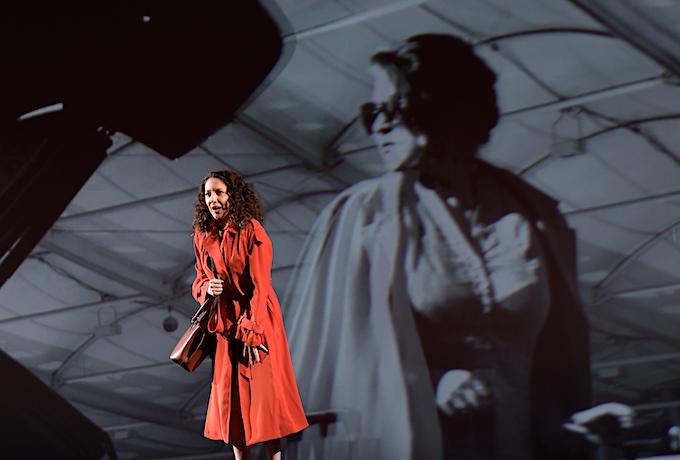 »Médée«, 1. Akt: Rosa Feola (Dircé) erhofft sich Amors Beistand, während im Hintergrund eines von Simon Stones Filmchen abläuft. © Salzburger Festspiele/Thomas Aurin