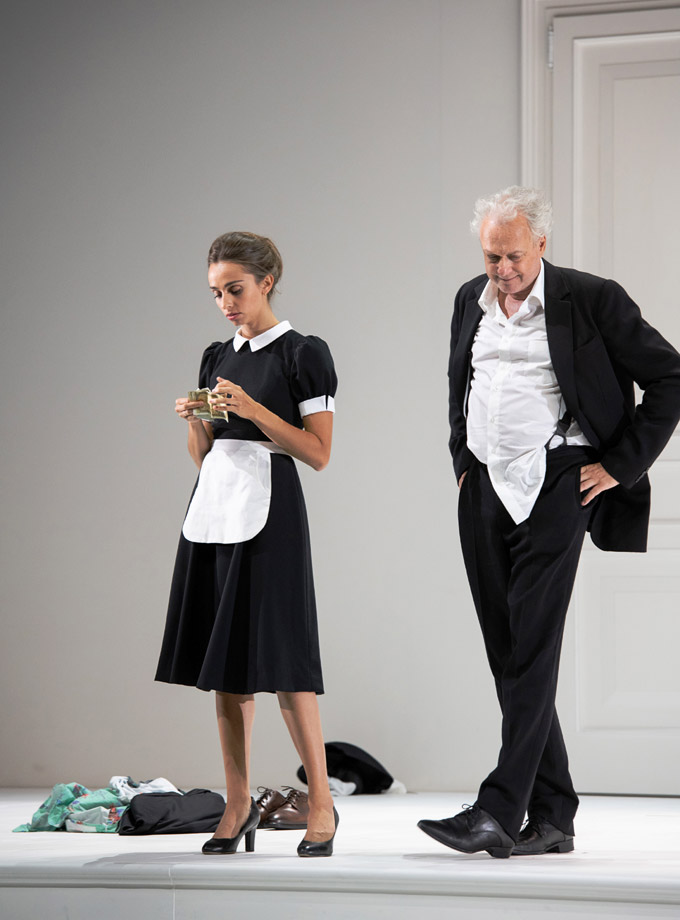 »Così fan tutte«: Lea Desandre (Despina) und Johannes Martin Kränzle (Don Alfonso) © Salzburger Festspiele/Monika Rittershaus