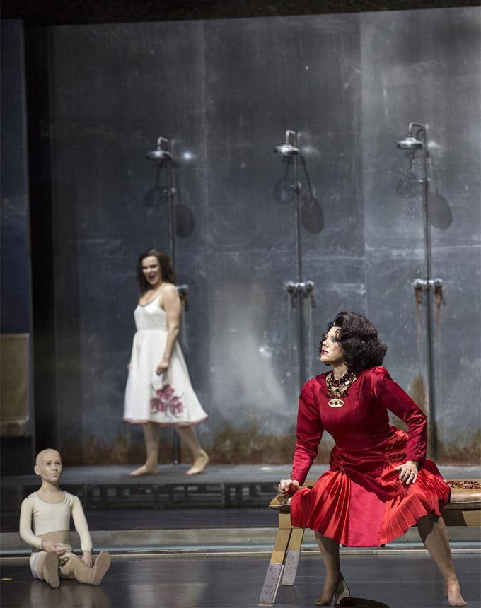 »Elektra«: Aušrinė Stundytė (Elektra) und Tanja Ariane Baumgartner (Klytämnestra) © Salzburger Festspiele/Bernd Uhlig