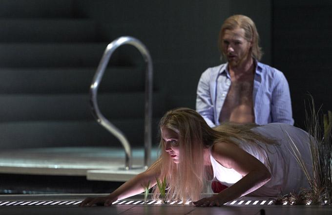 »Rusalka«, 1. Akt: Maria Bengtsson (Rusalka) und Ladislav Elgr (Der Prinz) © Theater an der Wien/Herwig Prammer