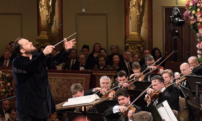 Andris Nelsons bei seinem Silvesterkonzert-Debut am Pult der Wiener Philharmoniker © Wiener Philharmoniker/Terry Linke