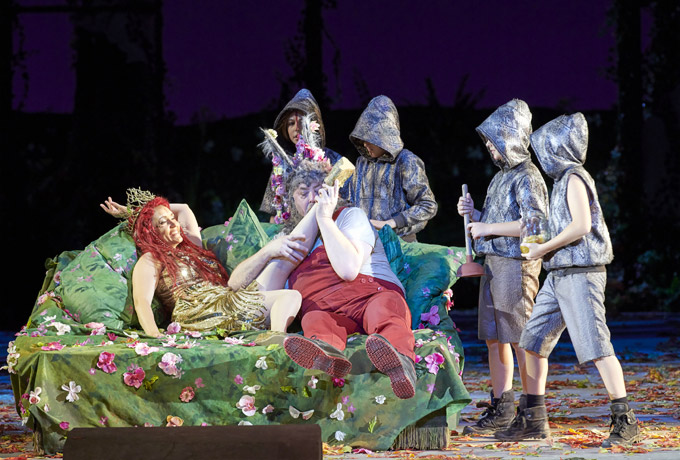 »A Midsummer Night's Dream«, 2. Akt: die in Bottom (Peter Rose) verliebte Tytania (Erin Morley) mit Coweb (Emil Lang), Peaseblossom (Niklas Rudner), Mustardseed (Mihail Savenkov) und Moth (Fabio Ringer) © Wiener Staatsoper GmbH/Michael Pöhn