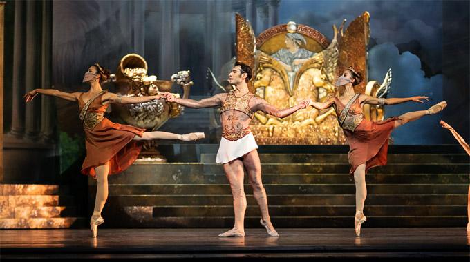 »Sylvia«: Mihail Sosnovschi (Eros) mit den beiden Jägerinnen (Alice Firenze, links, und Ioanna Avraam) © Wiener Staatsballett/Ashley Taylor