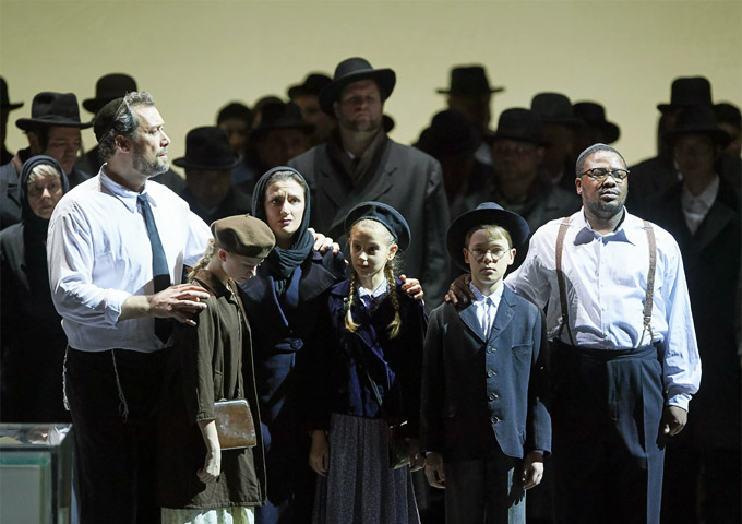 »Nabucco«, 1. Teil: Ain Anger (Zaccaria), Olga Bezsmertna (Anna) und Lukhanyo Moyake (Ismaele) © Wiener Staatsoper GmbH/Michael Pöhn