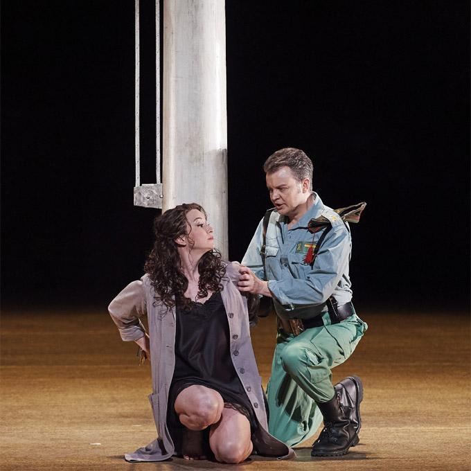 »Carmen«, 1. Akt: Michèle Losier (Carmen) und Dmytro Popov (Don José) © Wiener Staatsoper GmbH/Michael Pöhn